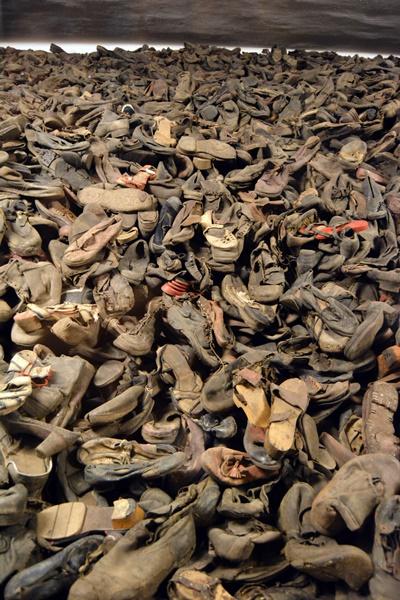 Zapatos encimados en la exposición permanente