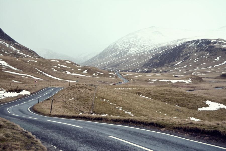 Carretera vacía en Escocia