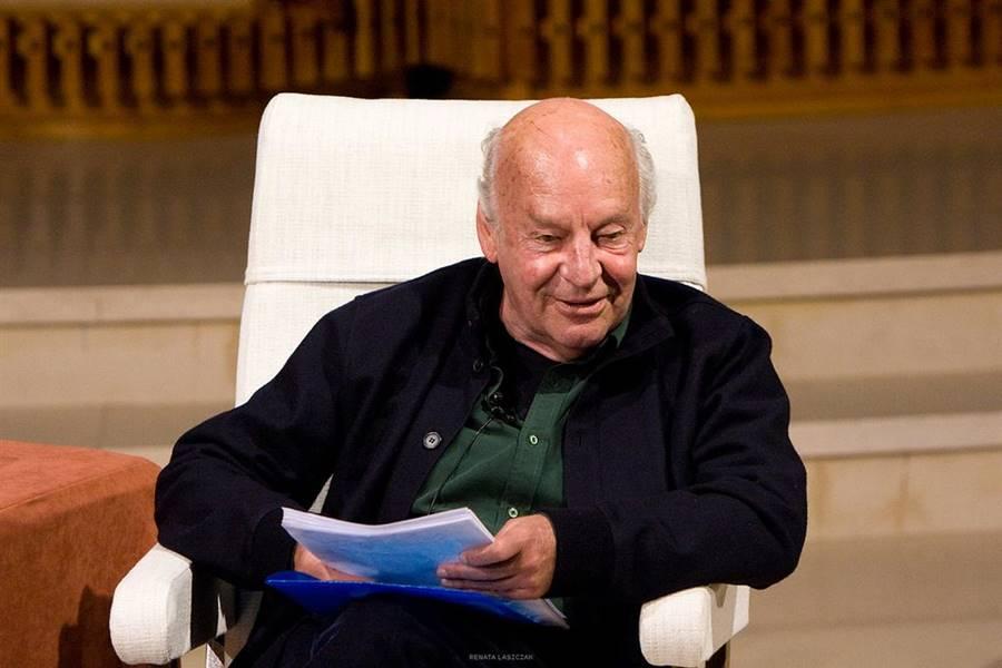 Eduardo Galeano sonriente en una conferencia