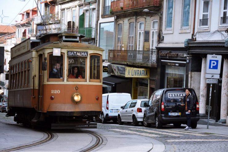 Visitar Oporto - Tranvía en la calle