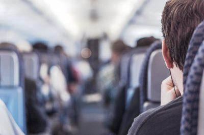 Viajero en un avión