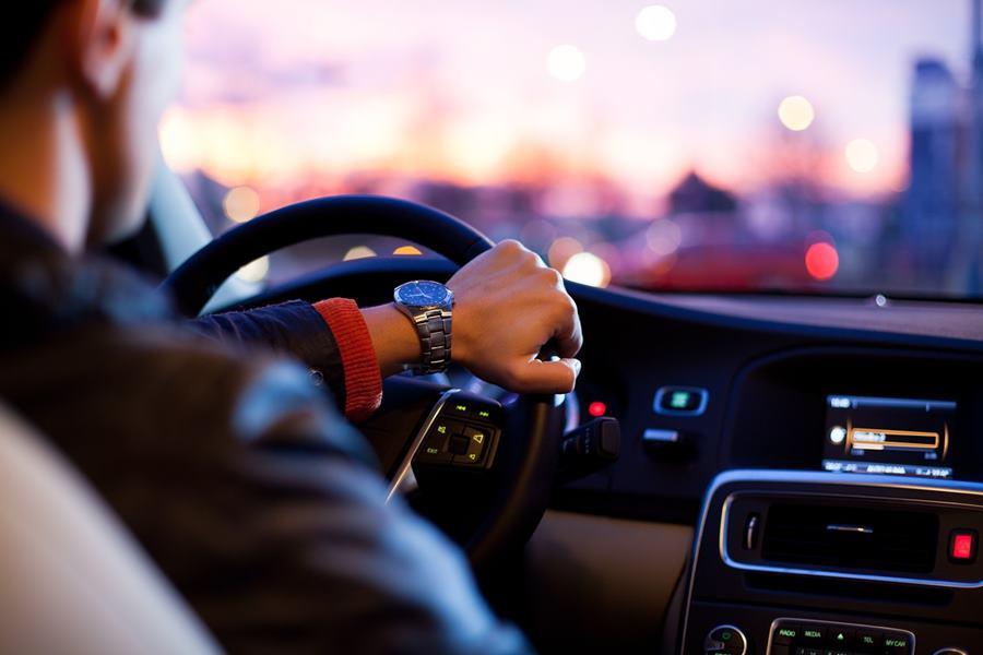 ¿Cómo viajar alquilando el coche a otra persona?