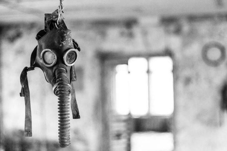 Máscara colgada en un sitio abandonado en Chernobil.