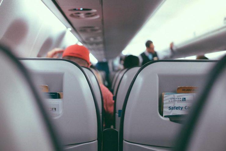 Personas en un avión - Viajar en avión por primera vez