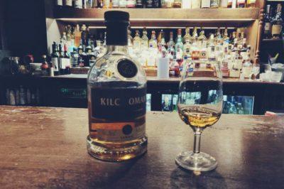 Botella y copa de whisky - Tomar un whisky en Edimburgo