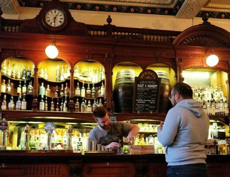 Arol escogiendo un whisky - Tomar un whisky en Edimburgo