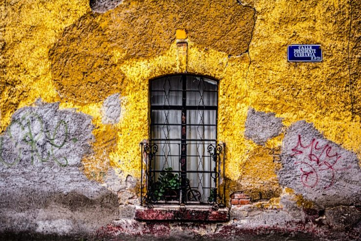puerta amarilla en una calle de Mexico
