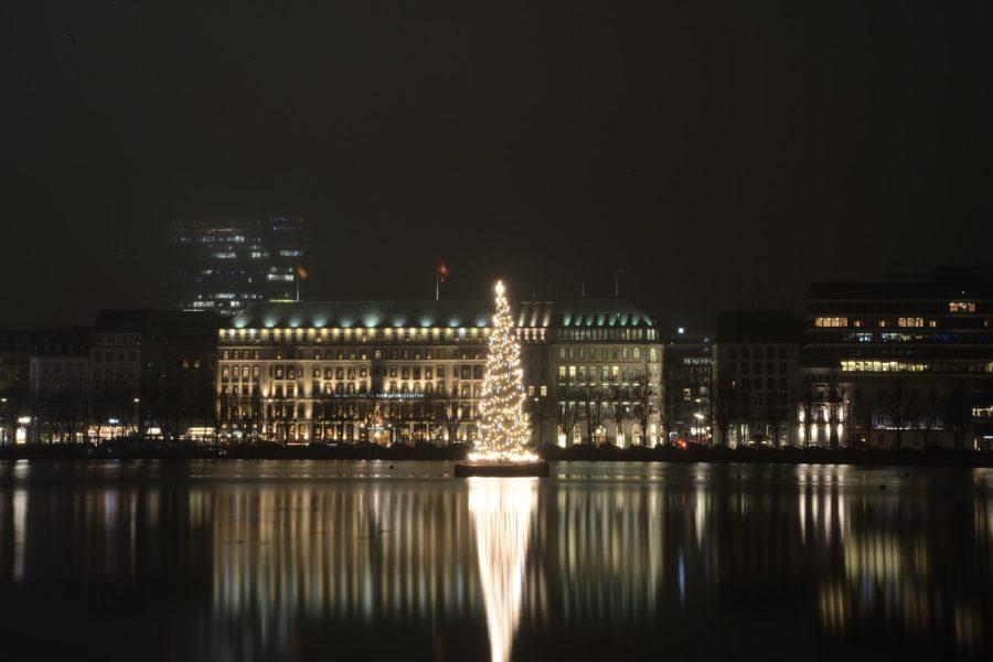 lago alster de Hamburgo por la noche con su árbol de Navidad iluminado
