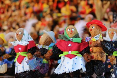 muñecos comestibles de frutas secas en un mercadillo de Navidad