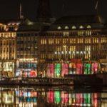 lago alster de Hamburgo por la noche con ventanas rojas y verdes
