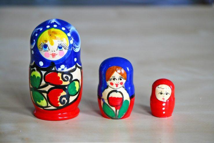 tres matrioshkas rusas azules y rojas