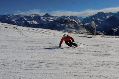 Persona esquiando.
