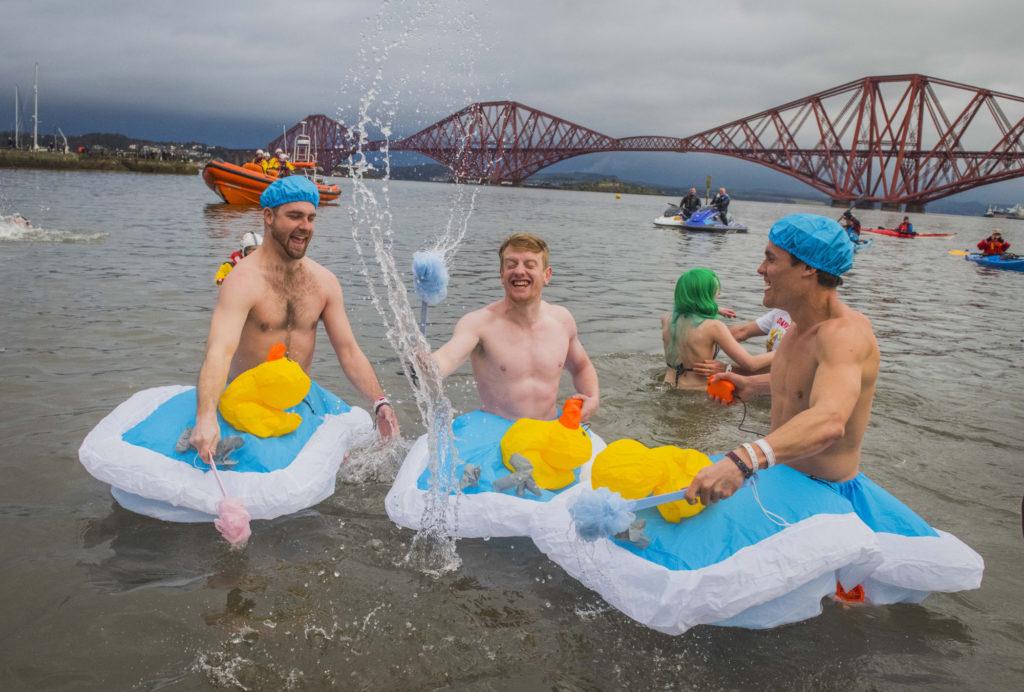 Navidad en Edimburgo. Gente bañándose en el mar.