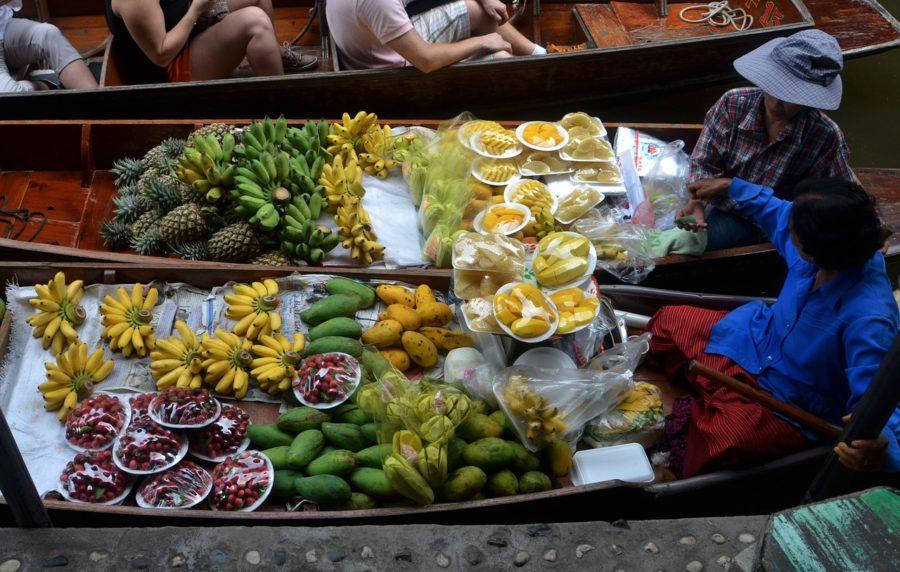 barcas con frutas en Tailandia