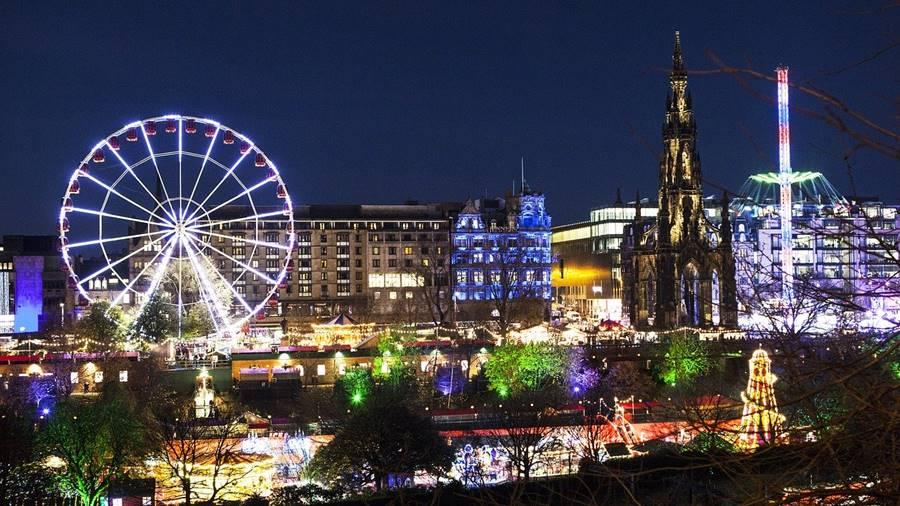 Edimburgo en Navidad. Vista de la ciudad iluminada.