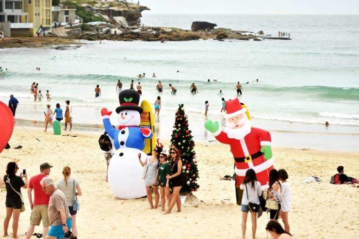 Personas en la playa Bondi Beach celebrando navidad.