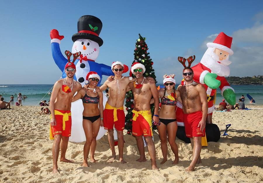 Jóvenes en Bondi Beach celebrando navidad.