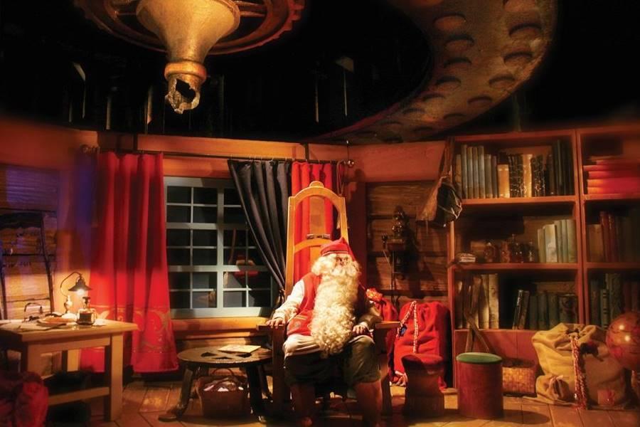 Cómo ver a Santa Claus en Finlandia - Santa solo en su despacho esperando por una persona.