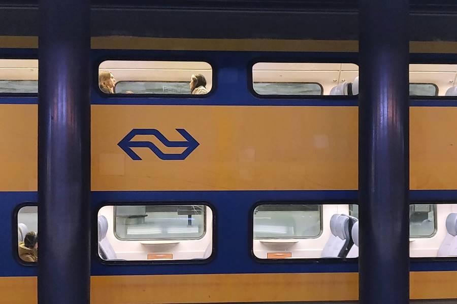 Ir del aeropuerto a Ámsterdam - Viajeros en un tren