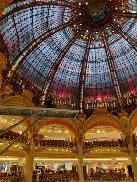Interior de las galerías Lafayette con vista a la cúpula