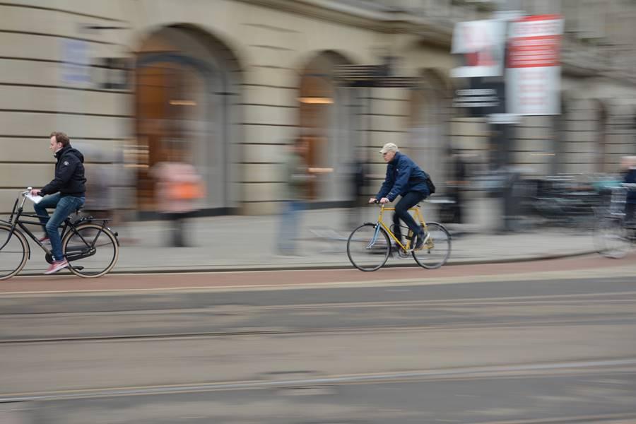 Persona en bicileta a alta velocidad en Ámsterdam