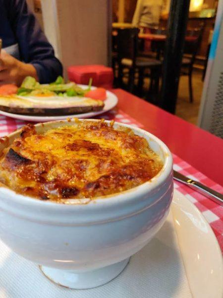 Plato con una sopa de cebolla
