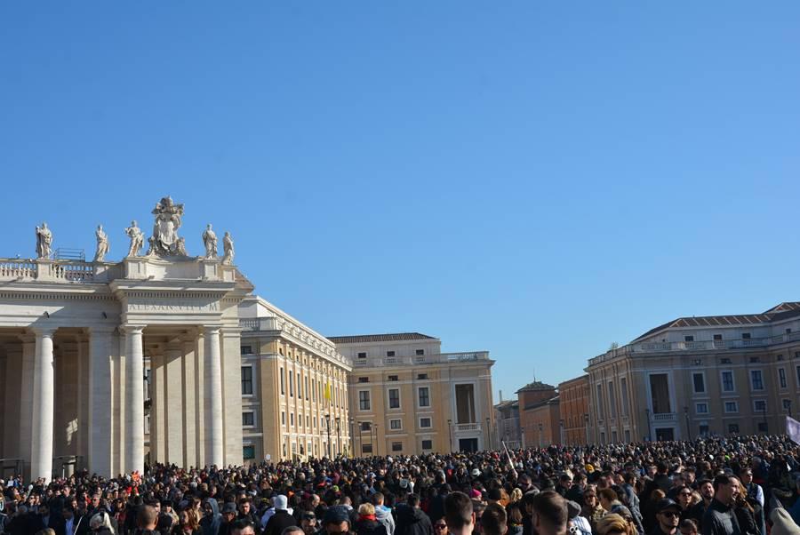 ver al Papa en el Vaticano - La vista desde la plaza con mucha gente
