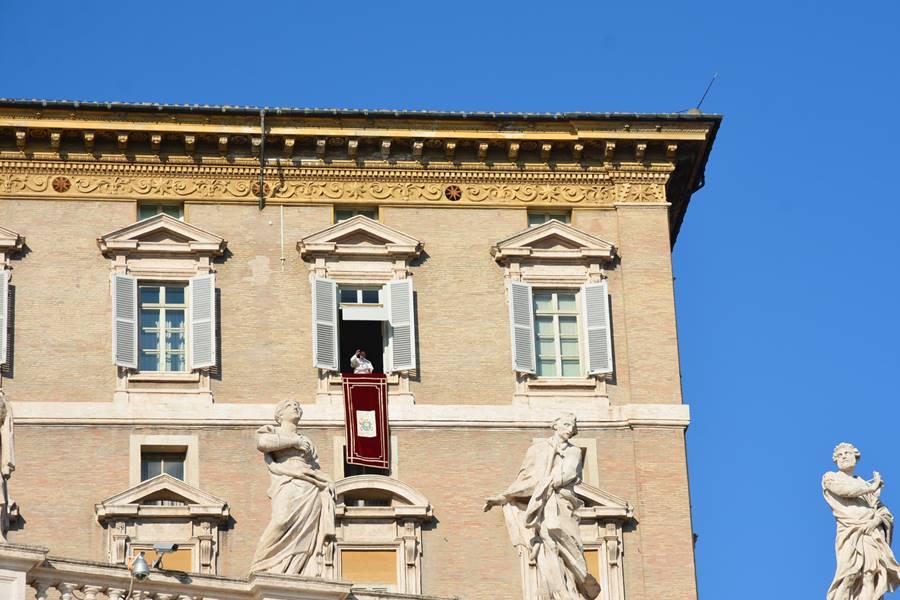 ver al Papa en el Vaticano - Francisco dando el Ángelus