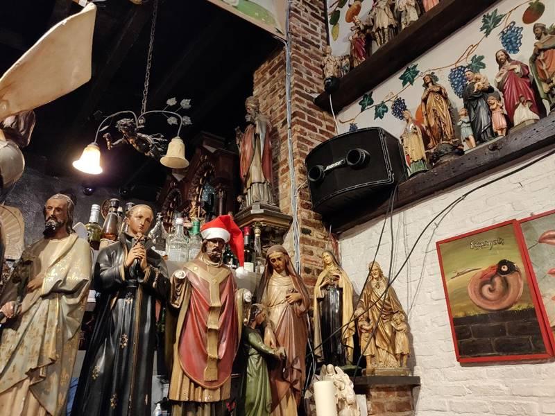 Primer plano de la decoració de los santos.