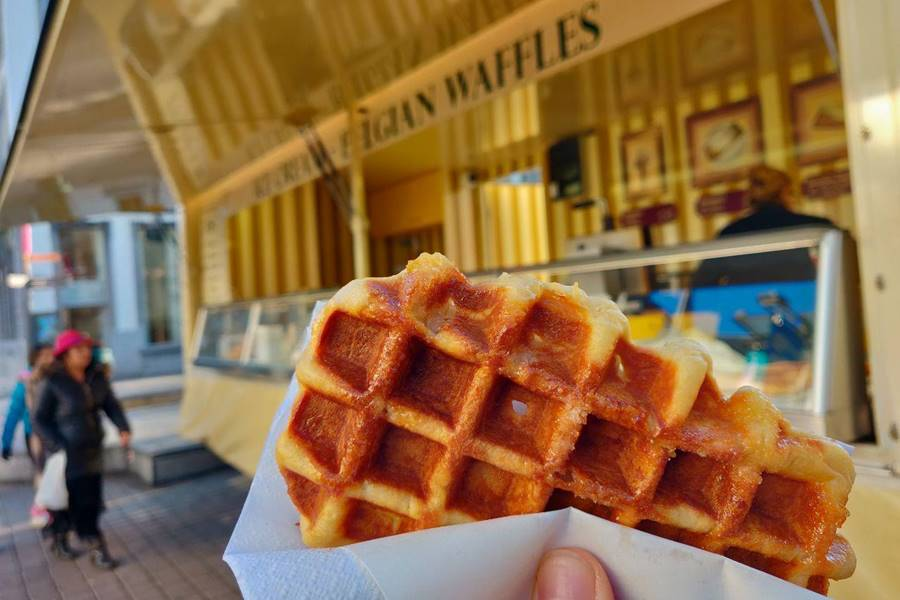 Un waffle frente al puesto callejero
