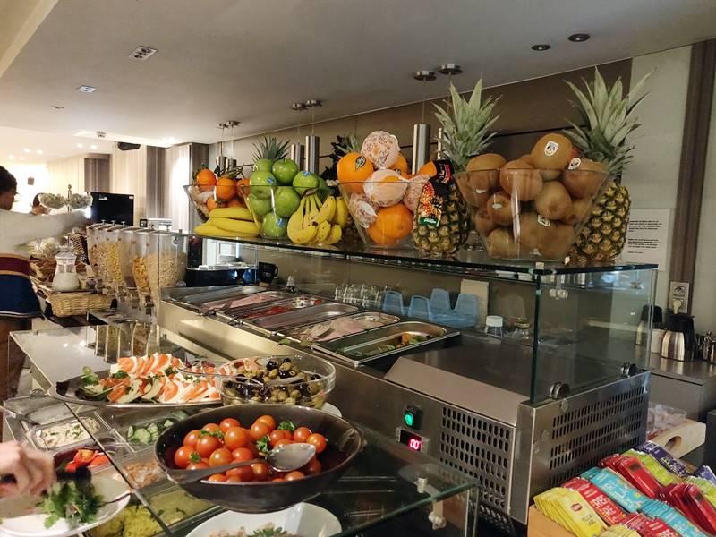 Frutas en el buffet del hotel.