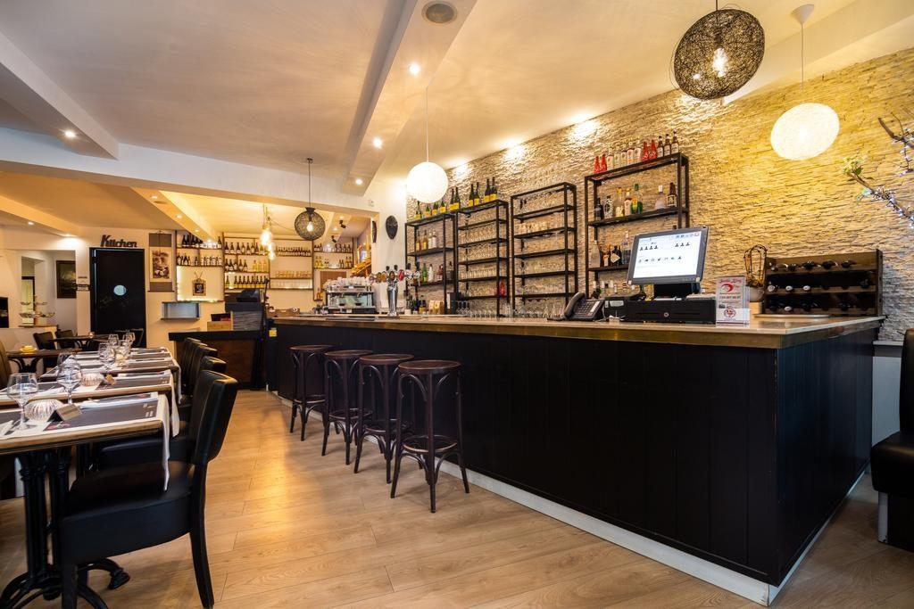 Vista general de un restaurante vacío y luminoso