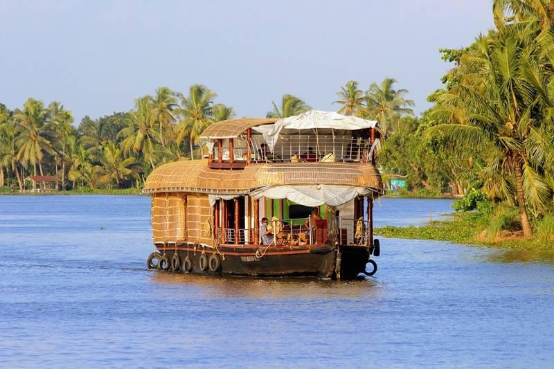 Casa flotante sobre el río en Kerala