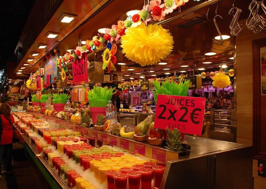 Cartel de 2x2 euros junto a frutas y verduras en el mercado