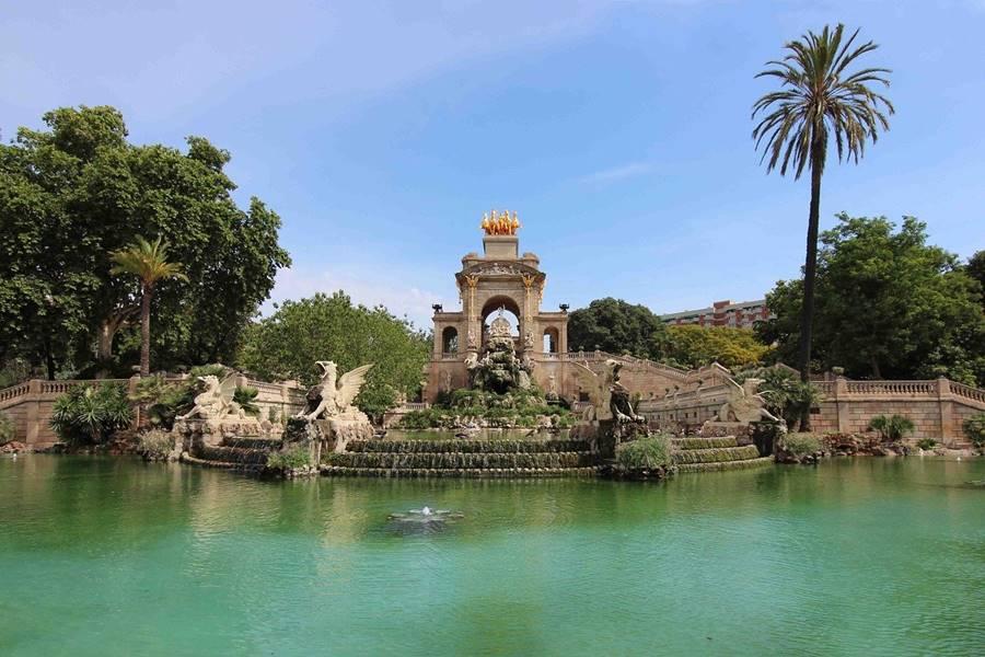 Lago de color verde y tranquilo en el parque