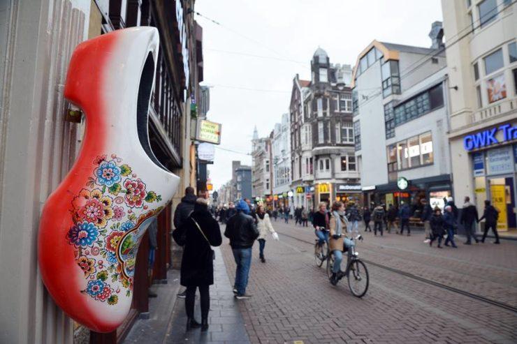 Qué ropa llevar a Ámsterdam - Imagen de un zapato en la calle
