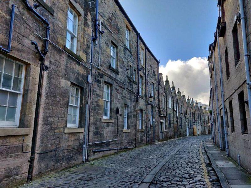 Calle medieval completamente vacía en Edimburgo.
