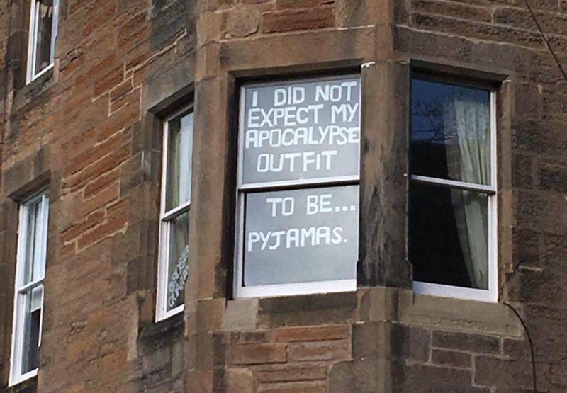 Ventana con mensaje pegado en sus vidrios.