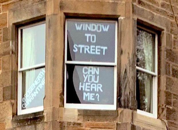 Una ventana que llama a la calle como si fuese una conexión desde el espacio.