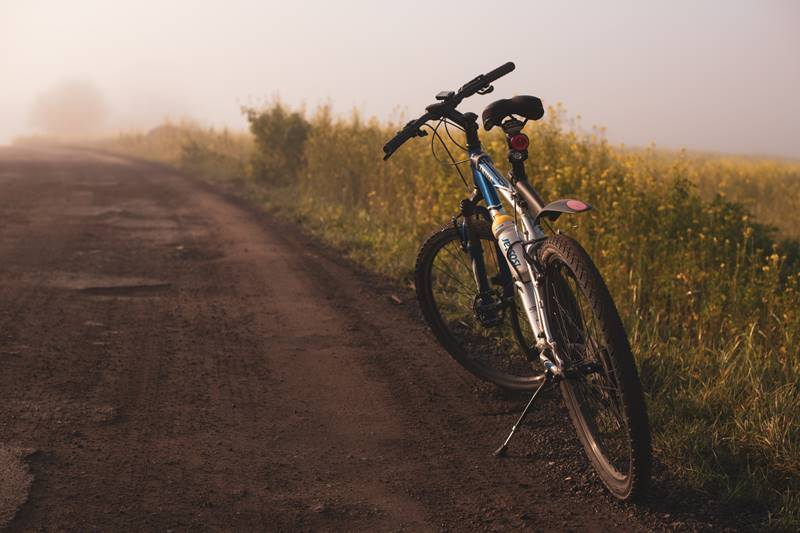 Bicileta junto a carretera de campo