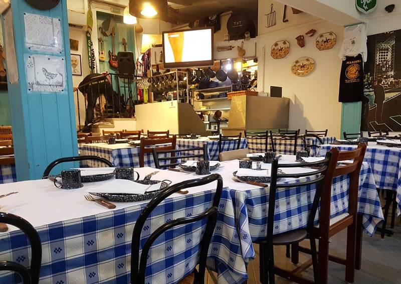 Interior del restaurante vacío donde comer en el norte de Portugal.