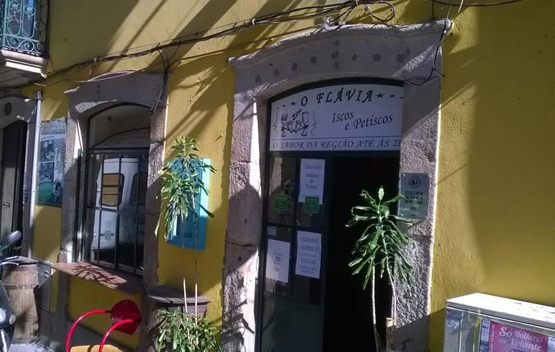 Frente de paredes amarillas de Pensao Flavia, el sitio donde comer en el norte de Portugal.