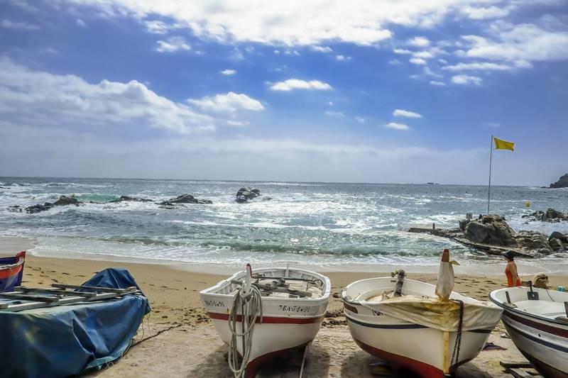 Botes de pescadores junto al mar