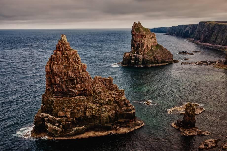 Imagen del mar y picos rocosos como uno de los sitios que ver en Escocia.