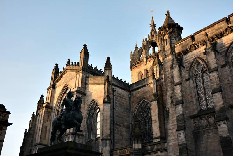 Escultura frente a la catedral de Saint Giles en Edimburgo.