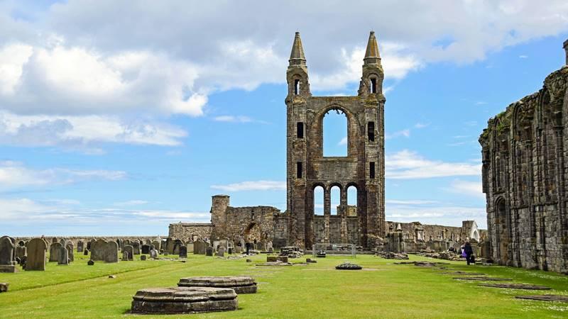 Ruinas de la Abadía de Saint Andrews un día soleado.