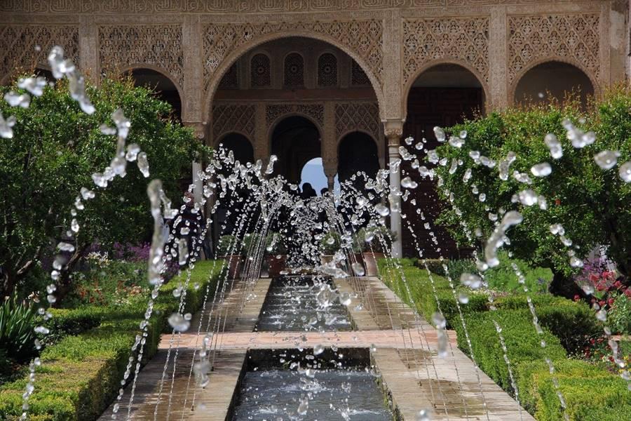 Fuentes de aguas danzantes en los jardines de la Alhambra.
