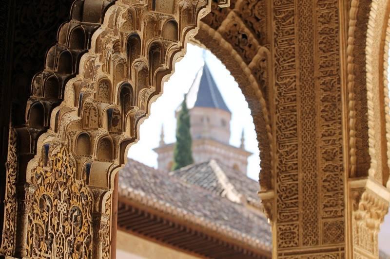 Arco en uno de los edificios interiores en la Alhambra.