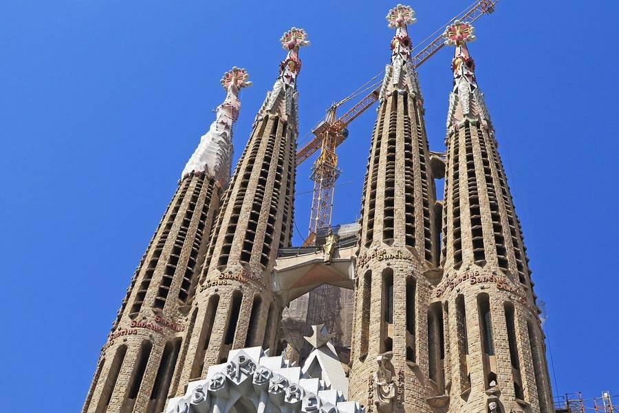 Vista de las cuatro columnas principales que se ven al visitar la Sagrada Familia.