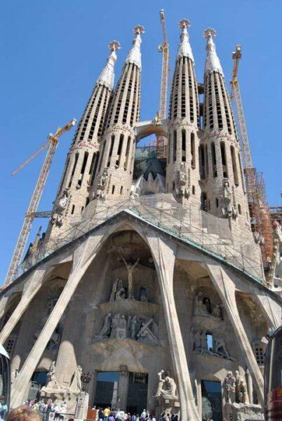 Fachada de la Sagrada Familia vista desde cerca.